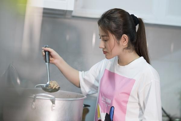 Cô diện áo thun, quần jeans và không ngần ngại bày biện, nấu nướng cùng fan.