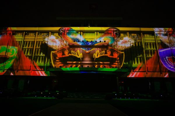 Trải qua cuộc hành trình chinh phục 192 quốc gia, Heineken dừng chân tại đất nước Việt Nam xinh đẹp. Tất cả đều được tái hiện bằng công nghệ 3D sắc nét và tối tân ngay trên mặt tiền của Dinh Độc lập.