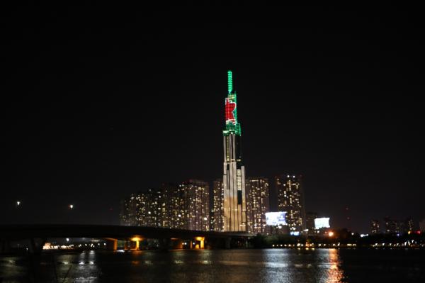 Lần đầu tiên trên đỉnh tòa nhà Landmark 81 tỏa sáng hình ảnh ngôi sao đỏ biểu tượng và sắc xanh đặc trưng của Heineken. Hoạt động này cùng sự kiện ra mắt sản phẩm mới Heineken Silver được tổ chức tại toà nhà Dinh Độc Lập với màn trình diễn ánh sáng bằng công nghệ ấn tượng đã thu hút sự chú ý của đông đảo người dân Sài Gòn cuối tuần qua.Chỉ cần nhìn từ xa, người dân thành phố đã có thể chiêm ngưỡng trọn vẹn hình ảnh vô cùng hoành tráng của Heineken Silver với tông màu bạc sang trọng, vẫn giữ nguyên ngôi sao đỏ và sắc xanh đẳng cấp từ lâu đã rất quen thuộc của Heineken.