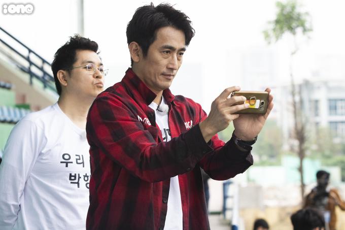 """<p> Buổi tập của U23 Việt Nam có sự xuất hiện những vị khách đặc biệt đến từ Hàn Quốc. Họ là những gương mặt nổi tiếng như """"ông trùm"""" Cha In Pyo, Cho Tae Kwan (diễn viên phim Hậu duệ mặt trời ), cựu tiền đạo Ahn Jung-Hwan .</p>"""