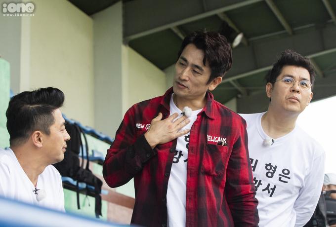 """<p> Ngôi sao điện ảnh Cha In Pyo (áo đỏ) từng tham gia nhiều bộ phim ăn khách của Hàn Quốc như """"Fireworks"""" (2000), """"Perfect Love"""" (2003), """"Bí mật tòa tháp trắng"""" (2007)...</p>"""