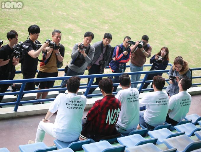 """<p> """"Người anh Park Hang Seo của chúng ta"""" - dòng chữ in sau áo của những vị khách đến từ xứ sở Kim Chi.</p>"""