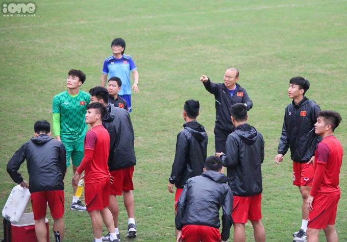 <p> Thầy Park hào hứng giới thiệu cho các học trò về những vị khách đặc biệt.</p>