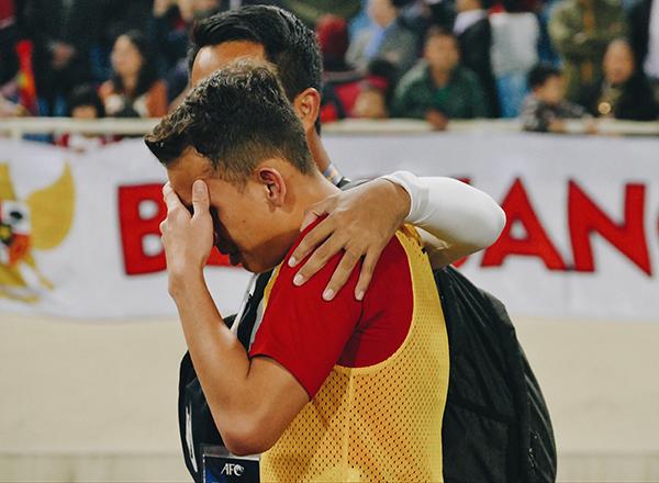 Một cầu thủ Indonesia bật khóc khi để thua bất ngờ trước U23Việt Nam.