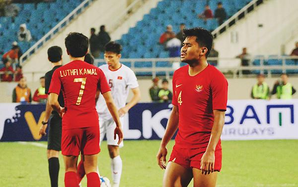 Cầu thủ U23 Indonesia thất thần sau trận đấu.