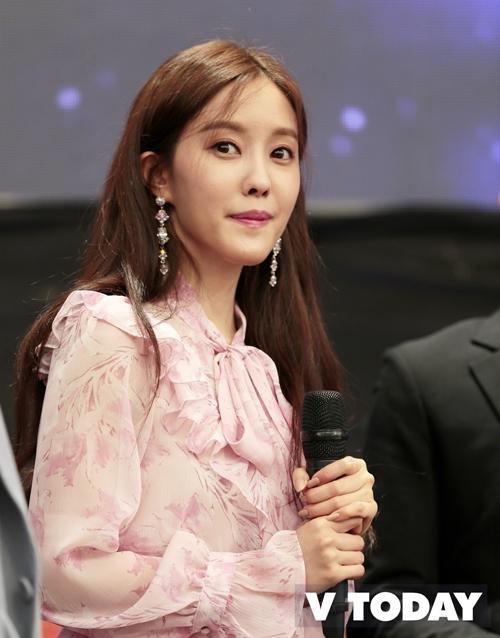 Hyomin hoạt động ở Việt Nam dưới sự quản lý độc quyền của Naver Việt Nam. Đây cũng là nghệ sĩ Hàn Quốc đầu tiên mà Naver Việt Nam hợp tác quản lý. Trước đó, tháng 9/2018, Hyomin đến TP HCM và tham gia một sự kiện âm nhạc Việt - Hàn. Đây cũng là yếu tố thúc đẩy quyết định của nữ ca sĩ và công ty quản lý Sublime Artist Agency trong việc tiến bước sang Việt Nam.