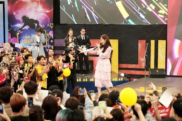Trưa 25/3, Hyomin đã tham gia chương trình Bữa trưa vui vẻ của Đài truyền hình Việt Nam tại Hà Nội. Đây được xem là lịch trình đầu tiên cho chuỗi hoạt động lấn sân sang thị trường Việt Nam của cựu thành viên nhóm nhạc T-ara.