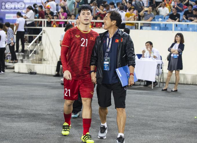"""<p> Ngoài ra, Trọng """"Ỉn"""" là một người sống tình cảm. Khoảnh khắc nắm chặt tay với trợ lýLee Young-jin trong trận mở màn cách đó 2 ngày khiến nhiều người yêu thích.</p>"""