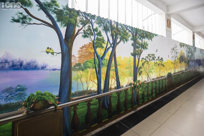 <p> Bức vẽ khung cảnh thiên nhiên, núi rừng được thực hiện trên tầng 2 của nhà trường.</p>