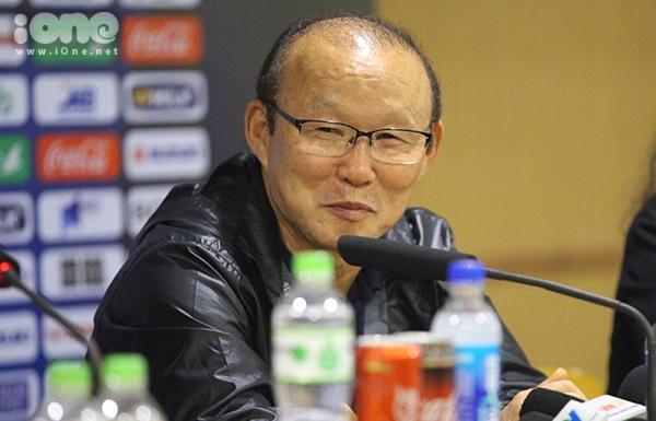 HLV Park Hang-seo ở họp báo.
