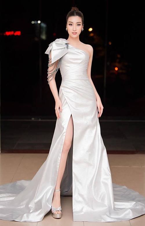 Đỗ Mỹ Linh mặc đầm quyến rũ đi chấm thi sắc đẹp.