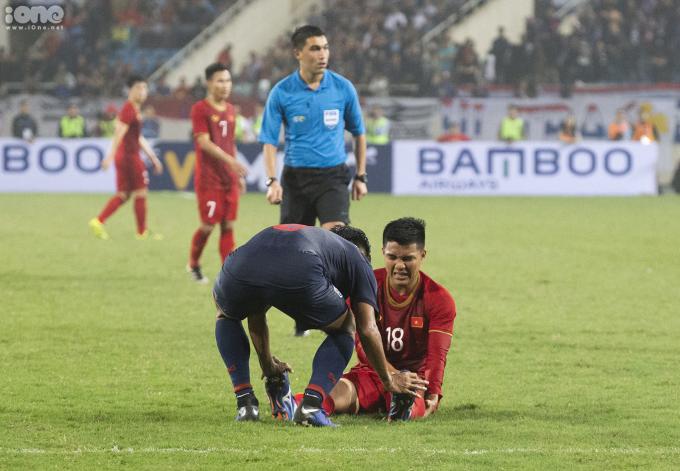 """<p> Ở phút thứ 89, sau pha chuyền bóng lên của Quang Hải, Đức Chinh đang chạy theo thì không may vấp ngã dẫn đến căng cơ.Chinh """"Đen"""" ngã gục xuống sân vì kiệt sức. Anh ra hiệu rằng mình bị chuột rút ở cả hai chân.</p>"""