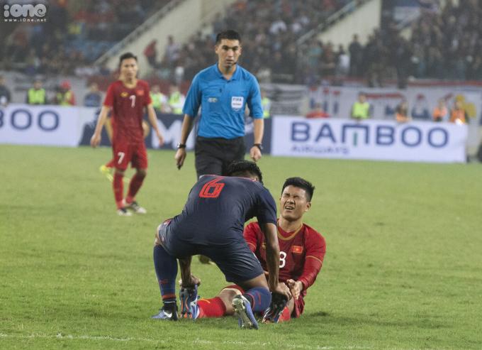 <p> Ngay lập tức cầu thủ đội bạn mang áo số 6 L.Shinnaphat đến hỗ trợ.</p>