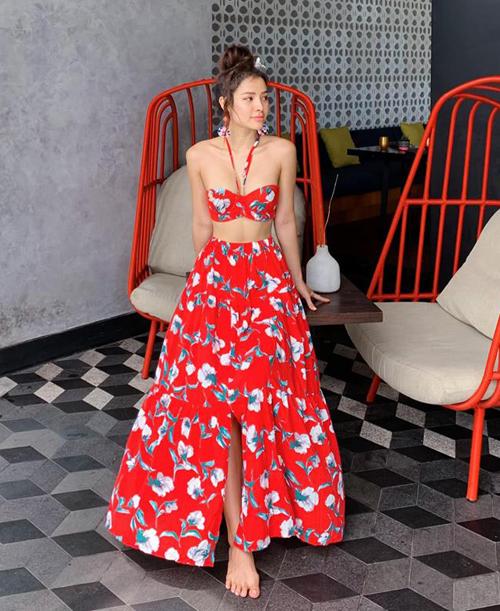 Set váy hoa đỏ rực rỡ giúp Phương Trinh Jolie tôn tối đa vẻ gợi cảm trong chuyến du lịch Bali.
