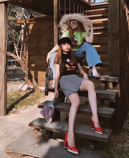 Hai chị em Yến Trang - Yến Nhi cùng diện áo phông Mickey nhưng mỗi người một cách phối vui mắt.