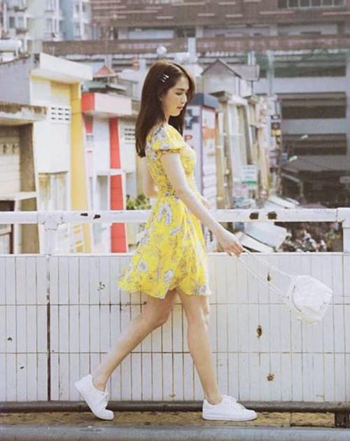 Diện chiếc váy voan vàng tươi, Ngọc Trinh trông đáng yêu như cô thiếu nữ trên đường phố Đà Lạt.