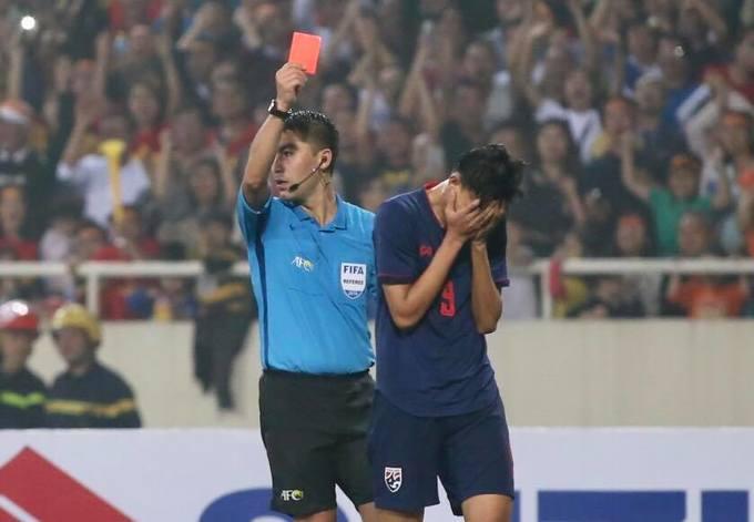 Supachai ôm mặt sau khi nhận thẻ đỏ.