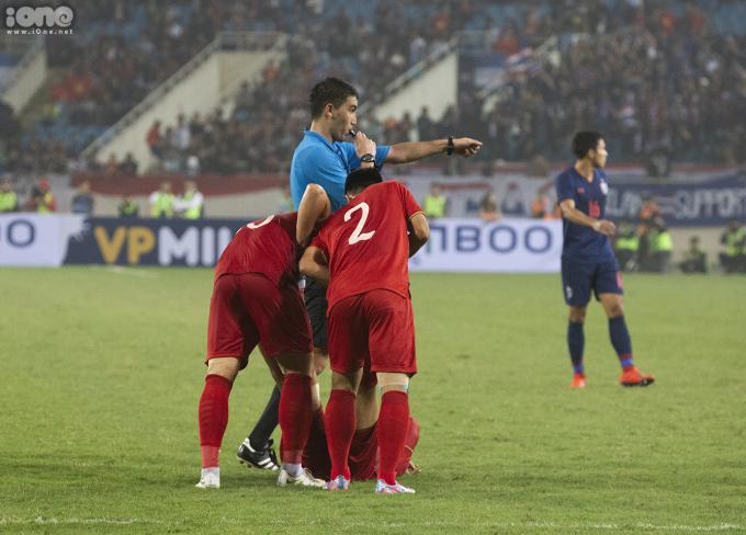 <p> Đồng đội giúp Đức Chinh xử lý chấn thương.</p>
