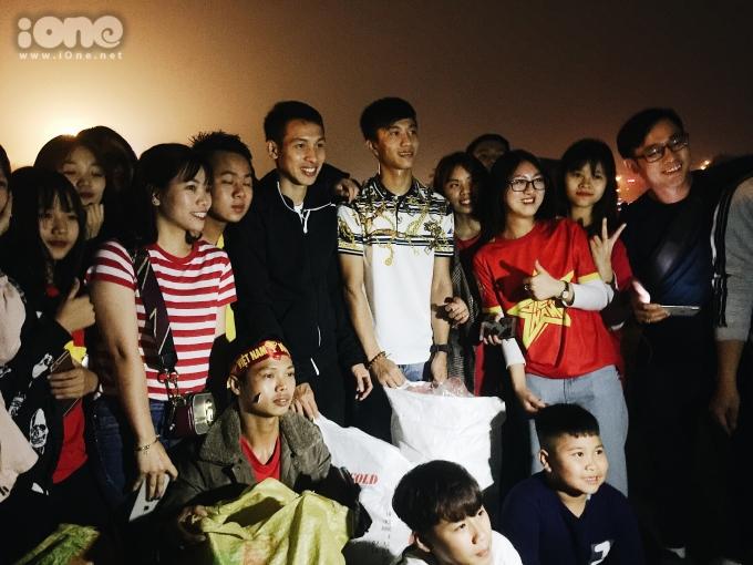 <p> Các fan vây quanh hai anh chàng chụp ảnh lưu niệm.</p>