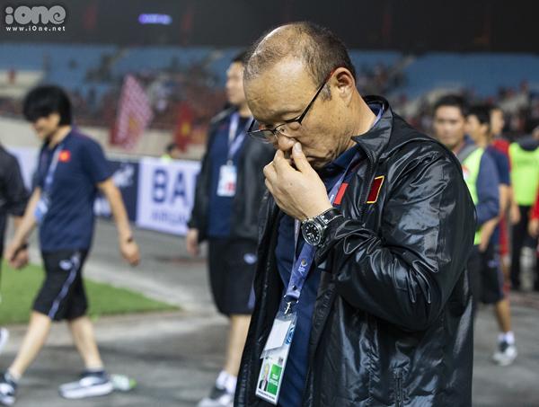 HLV Park Hang-seo trong một khoảnh khắc trầm ngâm sau chiến thắng của học trò. Ảnh: Đinh Tùng