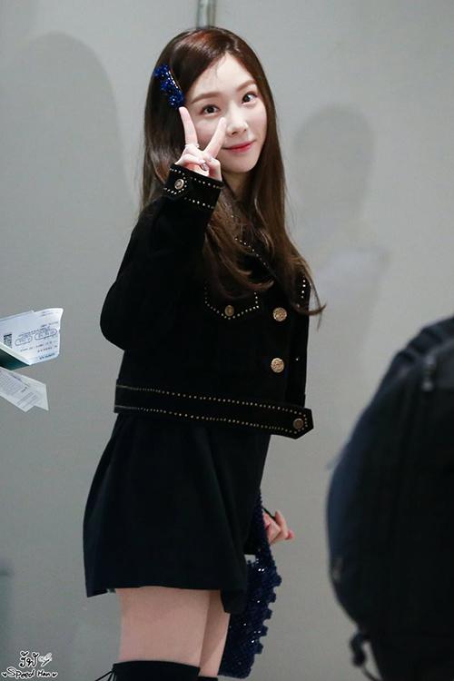 Tae Yeon biến hóa nhiều phong cách khi ra sân bay. Nữ ca sĩ chọn kẹp tóc có chất liệu, màu sắc ăn ý với set đồ.