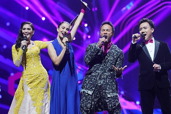 Đồng hành cùng anh trên sân khấu có diễn viên - người mẫu Nadya Hutagalung từ Indonesia, Hoa hậu Hoàn vũ 2015 - Pia Wurtzbach từ Philippines và MC nổi tiếng Allan Wu từ Singapore.