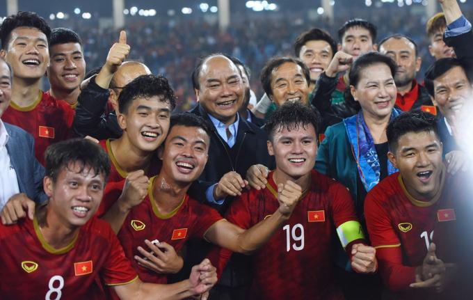 <p> Toàn đội nhận được sự chúc mừng trực tiếp của Thủ tướng Nguyễn Xuân Phúc.</p>