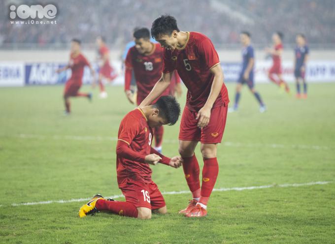 <p> Khi tiếng còi của trọng tài vang lên kết thúc trận đấu cũng là lúc cảm xúc của cầu thủ, ban huấn luyện, cổ động viên vỡ òa. Kết quả 4-0 trước Thái Lan là điều nằm ngoài sức tưởng tượng của nhiều người. Quang Hải - Văn Hậu đã không giấu được cảm xúc sung sướng, hân hoan trên sân cỏ khi biết chắc U23 Việt Nam đã có tấm vé dự vòng chung kết giải U23 châu Á năm sau.</p>
