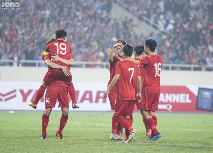 <p> Các đồng đội U23 Việt Nam chia sẻ niềm vui với nhau bằng những cái ôm, nhảy cẫng trên sân Mỹ Đình.</p>