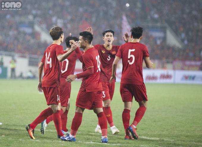 """<p> Đức Chinh - nhân tố sáng của trận đấu ăn mừng cùng đồng đội. Bàn thắng mở tỷ số của Chinh """"Đen"""" có ý nghĩa không nhỏ khi tiếp thêm sự tự tin cho toàn đội suốt những phút sau đó.</p>"""