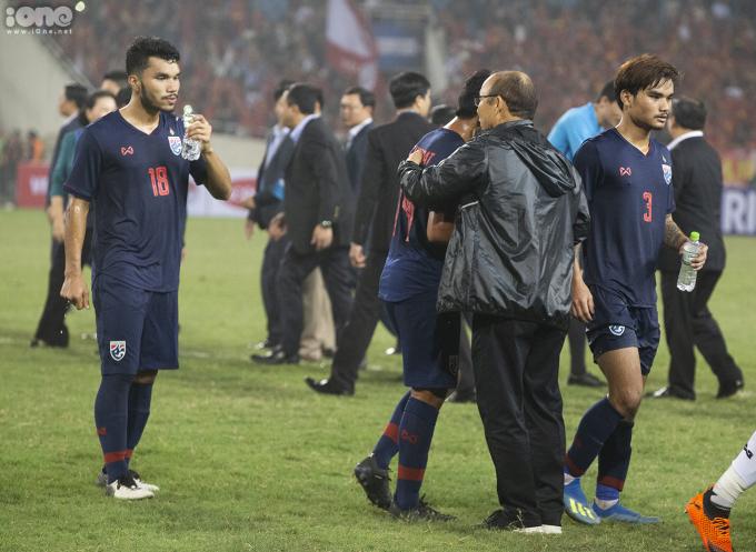 <p> Còn với HLV Park, ông luôn gây sự ngưỡng mộ bằng những hành động đẹp, fair-play. Vị HLV người Hàn không quên động viên các cầu thủ Thái Lan sau một trận đấu cố gắng.</p>