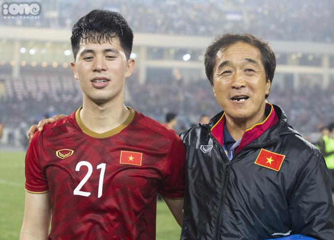 <p> Đình Trọng và trợ lý Lee cùng chúc mừng thắng lợi.</p>