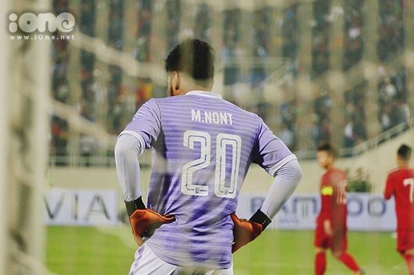 Dù thi đấu tỉnh táo nhưng thủ môn Nont Muangngam tiếp tục để lọt lướt ở phút 61. Anh chàng lủi thủi vào lưới nhặt bóng, gắt gỏng với đồng đội. Lúc này Nont Muangngam đã không giữ được bình tĩnh và ném trái bóng đi trong bực bội.