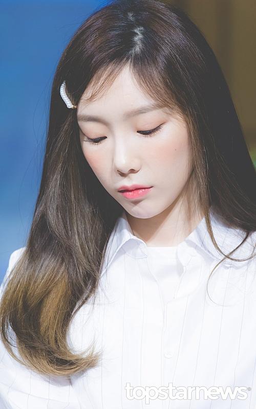 Trong sự kiện ngày 26/3, Tae Yeon xuất hiện với set đồ trắng đơn giản. Thành viên SNSD khiến công chúng ngỡ ngàng vì độ trẻ trung dù sinh năm 1989. Cô nàng làm điệu bằng chiếc kẹp ngọc trai - item cổ điển đang gây sốt trong thời gian gần đây.