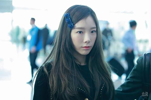 Kiểu tóc chải lệch mái, một ít tóc mái rơi nhẹ trước trán, trông Tae Yeon cựcnữ tính và ngọt ngào.