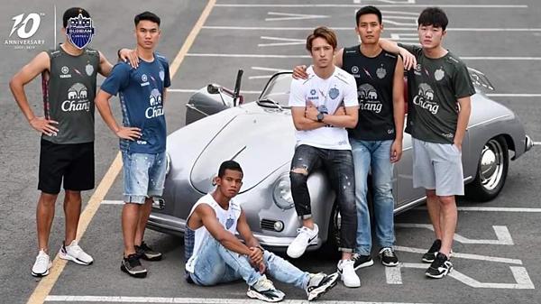 Ngày 27/3, CLB Buriram cho ra mắt bộ sưu tập áo đấu và áo di chuyển ở mùa giải 2019. Tiền vệ Lương Xuân Trường được chọn là một trong 6 gương mặt đại diện cho đội bóng.