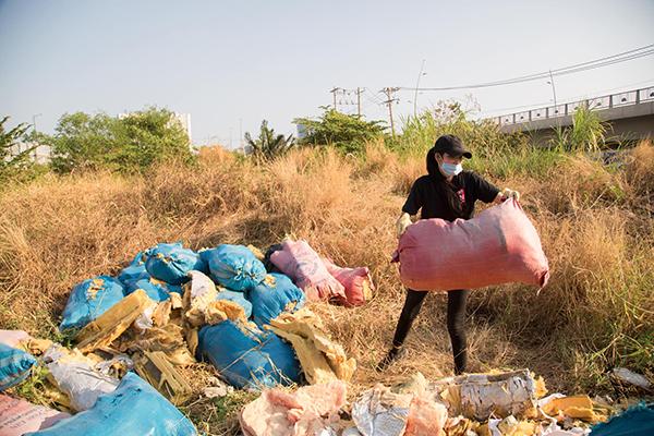 HHen Niê, Tiểu Vy và dàn người đẹp đội nắng 39 độ nhặt rác - 6