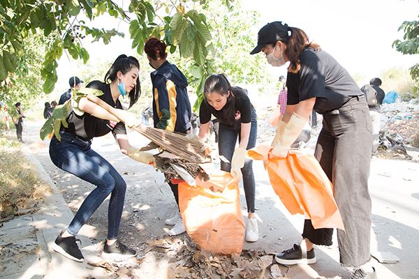 Hoa hậu Tiểu Vu, Á hậu Thúy An và các người đẹp Thùy Tiên, Huỳnh Thúy Vi không ngại đội nắng nóng 39 độ C để tham gia thử thách này.