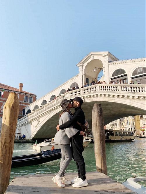 Khánh Thi khóa môi ông xã Phan Hiển giữa thành phố Venice, Italia.