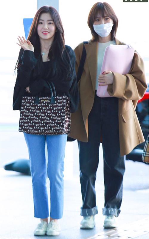 Ngày 28/3, Red Velvet lên đường đến Đài Loan. Dù thời tiết còn khá lạnh nhưng Irene mặc đồ khá mỏng manh, cô nàng tỏa sáng dù chỉ trang điểm nhẹ. Wendy dùng khẩu trang che vẻ mệt mỏi, cô nàng cực hợp với mái tóc ngắn.