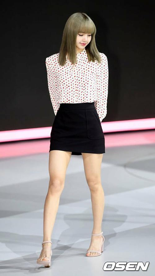 Lisa vừa được fan mừng sinh nhật rất hoành tráng. Hashtag mừng sinh nhật Lisa đã có hơn 1,2 triệu tweet, đứng #1 top trend thế giới và nhiều nước. Cô nàng vừa được chọn là gương mặt đại diện cho công ty mạng di động đứng đầu Thái Lan.