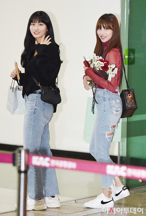 Hai idol người Nhật Momo, Mina đều chuộng quần jean, giày thể thao khỏe khoắn. Mina nổi bần bật nhờ kiểu áo xuyên thấu có hạt lấp lánh, túi LV sang chảnh.