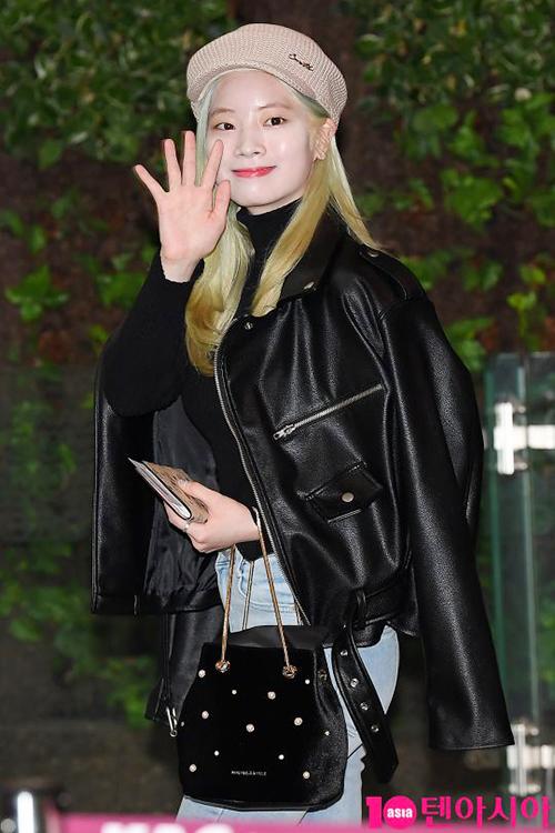 Mái tóc màu bạc hà của Da Hyun bị bay màu khá nhiều. Thành viên Twice xuất hiện cá tính với áo khoác da, loạt phụ kiện đậm chất cổ điển.