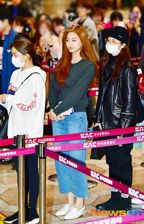 Mỗi thành viên Twice đều có phong cách riêng nhưng đều chú trọng sự thoải mái, tiện dụng. Ji Hyo mặc đồ tập gồm áo hoodie, quần legging và đeo khẩu trang. Nhan sắc của Tzuyu làm sáng bừng cả sân bay, cô nàng trang điểm nhẹ vẫn xinh đẹp như lên tạp chí. Jeong Yeon vẫn trung thành với hình ảnh tomboy mạnh mẽ.