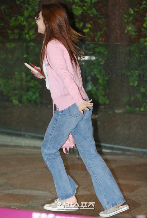 Na Yeon đáng yêu hết nấc với set đồ màu hồng. Hình ảnh thành viên Twice chạy vội ở sân bay khiến fan bật cười.