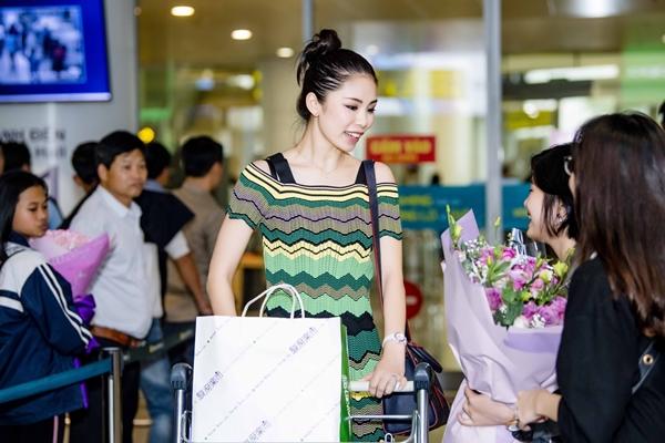 Riyo Mori - Hoa hậu Hoàn Vũ 2007 đến Hà Nội vào ngày 27/3. Cô xuất hiện với vẻ trang phụcgiản dị nhưng toát lên vẻ mong manh, rạng ngời nhờ nụ cười.