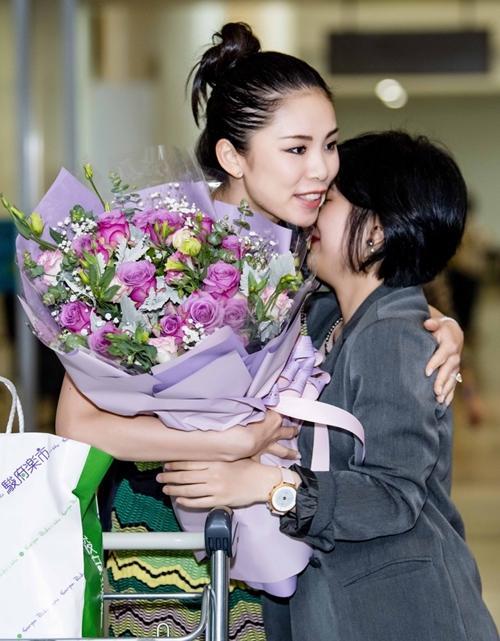 Người đẹp sẽ tham dự đại nhạc hội Son 3 tại Hà Nội cùng với Hồng Nhung, Mỹ Tâm, Tùng Dương, Hà Anh Tuấn... vào ngày 30/3. Cô tranh thủ đến Việt Nam sớm một ngày để dành thời gian thăm thú cảnh đẹp và thưởng thức ẩm thực.