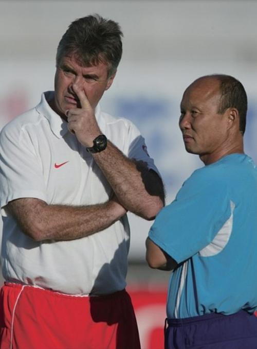 HLV Hiddink và trợ lý Park Hwang-seo tại giải World Cup 2002 được tổ chức tại Hàn Quốc. Ảnh: Newjoins.