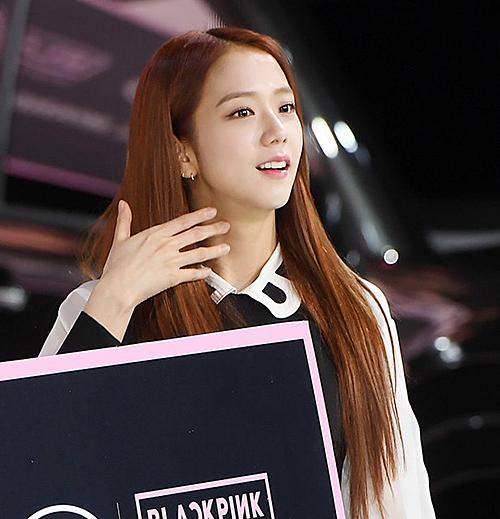 Ji Soo xuất hiện với hình ảnh nhẹ nhàng, nữ tính như thường ngày.