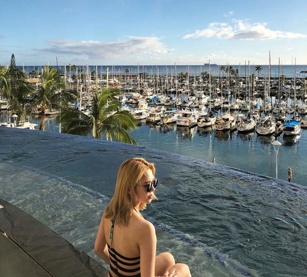Hyo Yeon diện bikini gợi cảm tạo dáng bên hồ bơi ở Hawaii.